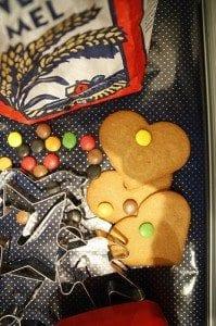 Pepperkaker er enkelt å lage og gøy for barna!
