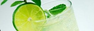 Mojito made with rum, lime, sugar, mint, club soda, served in a tall glass. Foto: TheCulinaryGeek / Flickr