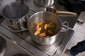 Karamellisér eplene med sukker og smør, tilsett appelsinjuice og ribbesky.