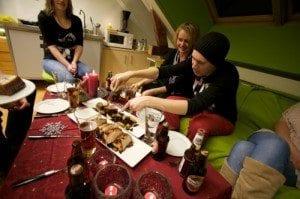 Voilà! Aktiv I Oslo.no's medarbeidere nyter en bedre førjulsmiddag.
