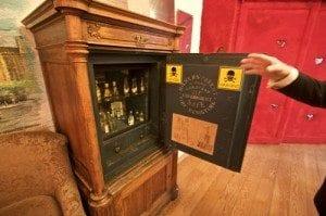 Skapet med farlig brennevin. Her finner du ekte absinth, brennevin med slangegift og andre livsfarlige saker.
