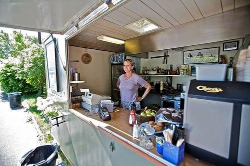 Du kan nyte både sol og deilig mat på uteserveringen i Stensparken. Turid Brenden holder uteserveringen åpen for tredje året på rad.