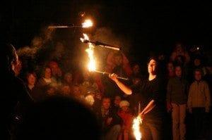 lammesjonglørene fra Trikkehallen imponerte stort - en, to, tre, fire brennende fakler suste gjennom mørket.