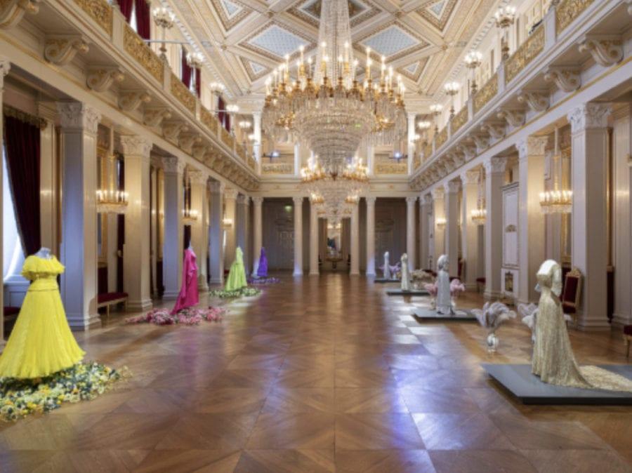 Bilde av det kongelige slott sin Store festsal hvor vi finner vi gallakjoler tilhørende Dronning Sonja og Dronning Maud
