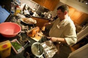 John skjærer opp kalkunen før servering.