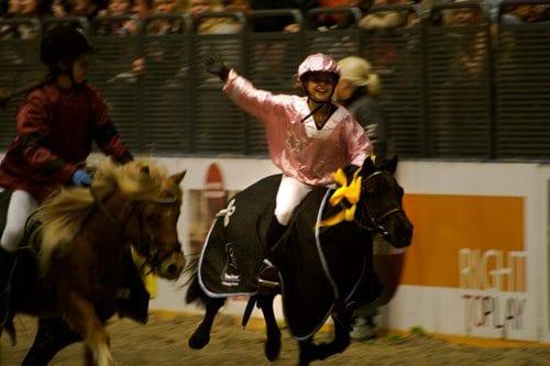 Ivrig hest; Åsne Askjem og shetlandsponnien Pepsi Twist vant shetlandsponnigaloppen. Før start måtte Pepsi Twist, med rytter, holdes igjen av to voksne personer for ikke å løpe av gårde!