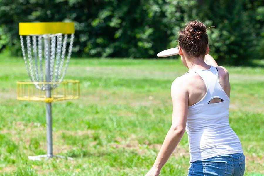 Dame som spiller Frisbeegolf