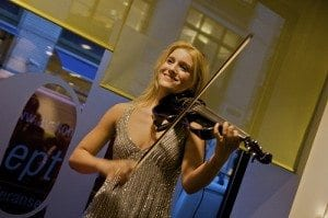 Fiolinspiller på den offisielle åpningen av Oslo Park Inn Hotell