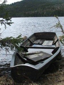 Noen annens båt; Vi var veldig glade for at vi hadde satset på å ta med oss kanoer og ikke bruke eventuelle fartøy som måtte befinne seg ved vannkanten.