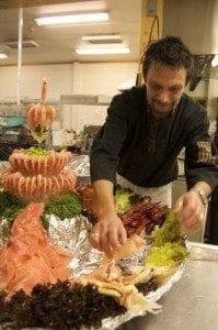 Paal Haakenstad anretter et gigantisk fat med reker, kreps, rakfisk og annen spennende sjømat