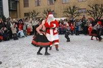 Juleforestilling med tradisjonell norsk folkedans og julenissen.