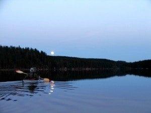 Fullmåne over Bjørnsjøen. Å padle over Bjørnsjøen var magisk der månen speilet seg i vannet.