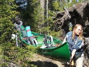 Tøffe tak; Enda litt tyngre var det å bære en kano full av bagasje.