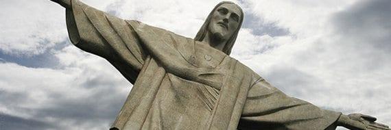 kristi himmelfartsdag - Den ikoniske statuen av Jesus ruver over Rio de Janeiro i Brasil.