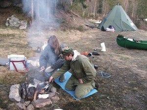 Gourmetmiddag i skogen; Marcus gjorde en kjempejobb med å lage god mat med velsmakende tilbehør.
