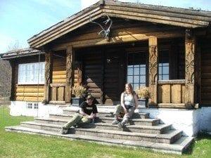 """Løvenskiolds """"hytte"""" ligger vakkert til med utsikt over Sandungen; Før vi dro videre måtte vi selvsagt teste ut trappa til Nordmarkseier Løvenskiold..."""