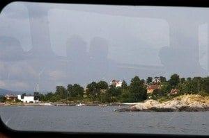 """Lindøya sett fra sightseeingbåten. De små """"dukkehyttene"""" gjorde stort inntrykk på alle turistene ombord."""
