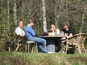 Servering hos fastboende i skogen er en tradisjon i marka; Ved Sandungen møtte vi på et par hyggelige innbyggere som bød oss på kaffe og kake - og til og med litt Cola!