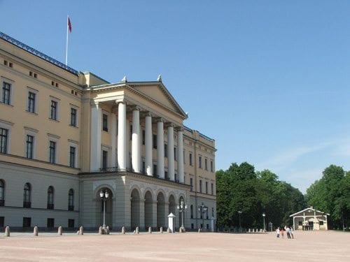 Slottet bør alle som er turist i Oslo få med seg. Hver dag 13:30 er det vaktskiftparade og i sommersesongen er det også mulig å være med på omvisning inne i Slottet.