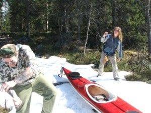 Forfriskende; Vel i land etter Finntjern tok vi oss tid til en snøballkrig.