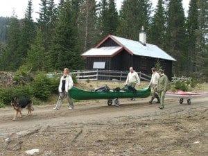 Første trilleetappe ned til Ølja; Vi fikk følge av Kristian, Kim og Kaisa på vei ned til vannet.