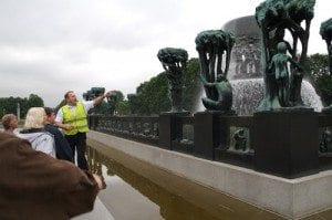 Guidene forteller om fontenes og skultpturenes bakgrunn
