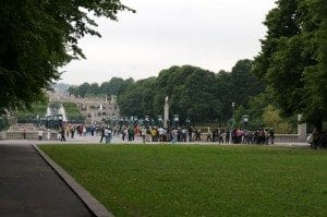 I Vigelandsparken samles det mye folk