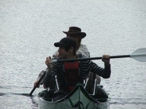 På Ølja; Egentlig skal padlerne padle i takt, men det krever litt øvelse. Kanoen lå godt og stødig i vannet.