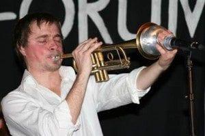 Kåre Nymark spiller trompet i trioen Weather Birds