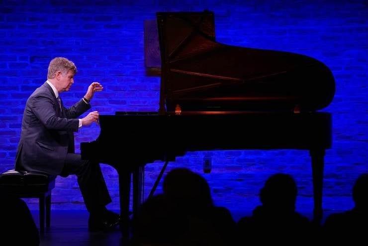 Lunsj med kultur: Ian Hobson (klaver) hovedbilde