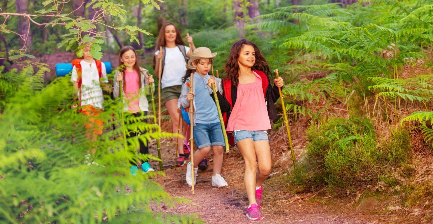 Barn på tur i skogen med Turbingo